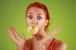 Злоупотребление жевательной резинки - причина отрыжки воздухом без запаха