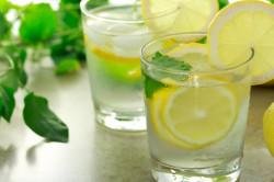 Напиток из пищевой соды и лимонного сока от тяжести в желудке